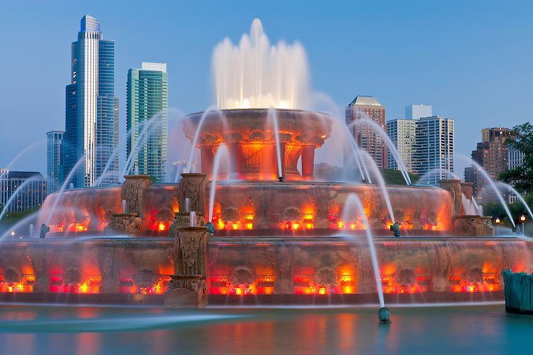 Buckingham Fountain (1927) at dusk; Chicago, IL