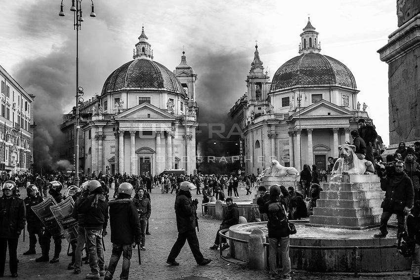 Barricades are set on fire in Piazza del Popolo by protesters during the clashes with riot police after the Senate and Lower House vote of confidence that resulted in a razor-thin victory for Berlusconi to continue his mandate. Rome, Italy. 14 Dec. 2010
