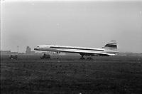 """Le  prototype """"Concorde"""" lors de sa 1ère sortie des hangars Sud Aviation,. 3 décembre 1967<br /> <br /> Sur le fuselage de l'avion inscription """"Sud Aviation France - British Aircraft Corporation"""" (les deux fabricants de l'avion)."""