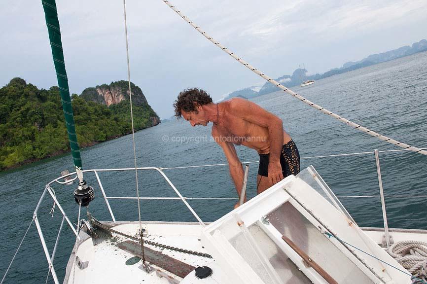 Domìniga 5 de maju de su 2013 Koh Hong (Tailandia) <br /> Ignazio Mannu est nàschidu in Tàtari in su 1961. Est marineri in barcas de diporto e bivet su prus in mare, faghende tràmudas, restàuros e chistende e contivigende una barca istòrica, sa Wanderer V, chi fiat de duos navigadores britànnicos famados, Eric e Susan Hiscock. In sa foto s'est ammaniende a mòere dae s'ìsula de Koh Hong, in Tailàndia, cara a un'àtera isuledda. <br /> <br /> Domenica 5 maggio 2013 Koh Hong (Tailandia) <br /> Ignazio Mannu è nato a Sassari nel 1961. Fa il marinaio su barche da diporto e vive prevalentemente in mare, occupandosi di trasferimenti, restauri e della custodia e mantenimento efficiente di una barca storica, il Wanderer V, appartenuta ad una nota coppia di navigatori britannici, Eric e Susan Hiscock. Nella foto è ritratto mentre si prepara a salpare dall'isola di Koh Hong, in Tailandia, per spostarsi verso un'altra piccola isola. <br /> <br /> Sunday 5th May 2013 Koh Hong (Thailand) <br /> Ignazio Mannu was born in Sassari in 1961. He is a sailor on pleasure boats and lives mainly in the sea. He deals with transfers, restorations and the safekeeping and efficient maintenance of a historic boat, the Wanderer V, belonging to a famous couple of British sailors, Eric and Susan Hiscock. In the photo he is portrayed as he prepares to sail from the island of Koh Hong, in Thailand, to another small island.