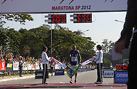 SAO PAULO, SP, 17 JUNHO 2012 - MARATONA SAO PAULO - O brasileiro Solonei da Silva, atleta do Esporte Clube Pinheiros, chega para ganhar a 18ª Maratona Internacional de São Paulo, realizado na manhã deste domingo (17) pelas ruas da capital paulista. O atleta venceu a prova com o tempo de 2h12min25s. FOTO: LUIZ GUARNIERI - BRAZIL PHOTO PRESS.