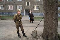 - Soviet army soldier in Riesa town (German Democratic Republic) ....- soldato sovietico di stanza nella citta' di Riesa (Repubblica Democratica Tedesca)