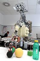 - Scuola Superiore S.Anna di Pisa, polo della ricerca di Pontedera-Valdera,  Laboratorio ARTS Lab (Advanced  Robotics Technology and System Laboratory) robot antropomorfo per studi sulla vista, riconoscimento oggetti e coordinamento dei moviment....- Advanced School S.Anna of Pisa, pole of the search of Pontedera-Valdera, Laboratory ARTS Lab (Advanced Robotics Technology and System Laboratory), nthropomorphic robot for studies on the sight , acknowledgment of objects and coordination of the movements......