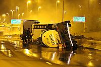 SÃO PAULO, SP, 03/12/2011, TOMBAMENTO CARRETA PRODUTO QUIMICO.<br /> Uma carreta com carga de ácido sufurico, tombou no inicio da madrugada de hoje (3), na Marginal Tiete pista intermediaria, logo após o Sambodromo.<br />  A carga se espalhou pela pista, houve interdição total da pista sentido Castelo Branco, felizmente o motorista não ficou ferido. FOTO: LUIZ GUARNIERI - NEWS FREE