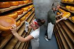"""Foto: VidiPhoto<br /> <br /> ACHTERBERG – Samen met melk- en kaasmeisje Judith Hendrikse-van Trierum, melkt Gerrit Boonzaaijer van boerderij Horstbrande in Achterberg bij Rhenen woensdag zijn 130 melkschapen. Boonzaaijer is de enige reguliere schapenmelker die alle melk tot exclusieve schapenkaas verwerkt. Naar zijn prijswinnende product is zoveel vraag dat hij op dit moment melk tekort komt. De weerstandverhogende schapenmelk is enorm gezond. Tweemaal per week krijgt hij hulp van """"de beste kaasmaakster van Nederland"""", Judith Hendrikse-van Trierum uit Lunteren, tevens invalboerin bij diverse boerenbedrijven. De 130 productieschapen worden tweemaal per dag machinaal gemolken en leveren per schaap dan 2 liter melk. Tweemaal per week wordt er kaas gemaakt. Nederland telt slechts een dertigtal schapenmelkerijen."""