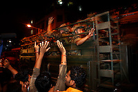 Residents congratulate the army troops involved in bringing to an end the terrorist threat after multiple attacks were launched in Mumbai on 26/11/2008..