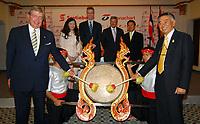 Plus tôt aujourd'hui, des membres de la direction de la Banque Scotia et de Thanachart Bank ont assisté à une danse du tambour, à Bangkok, pour souligner la conclusion d'une entente en vertu de laquelle la Banque Scotia procédera à l'acquisition de 24,99 pour cent de Thanachart Bank, huitième banque en importance en Thaïlande et importante institution de prêt automobile. De gauche à droite : Arthur Scace, président du conseil d'administration, Banque Scotia; Michele Kwok, première vice-présidente, Asie-Pacifique et Moyen-Orient, Banque Scotia; Rob Pitfield, vice-président à la direction, Opérations internationales, Banque Scotia; Denis Comeau, ambassadeur du Canada; Suphadej Poonpipat, chef de la direction, Thanachart Bank; et Banterng Tantivit, président du conseil d'administration, Thanachart Bank. (Groupe CNW/Banque Scotia)