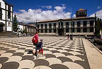 Portugal, Madeira, Rathaus (Camara Municipal) in Funchal am gepflasterten Rathausplatz mit Bodenmosaiken