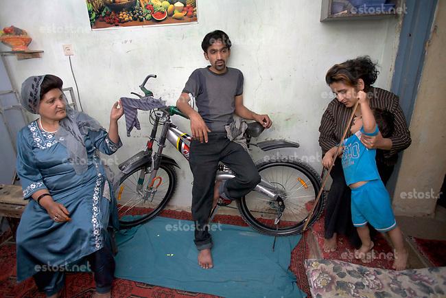 AFGHANISTAN, 06.2008, Kabul. Familie der oberen Mittelklasse. | Upper middle-class family.<br /> © Marzena Hmielewicz/EST&OST