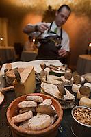 Europe/France/Rhône-Alpes/74/Haute-Savoie/Annecy: restaurant La Ciboulette, Plateau de fromages, et service du vin