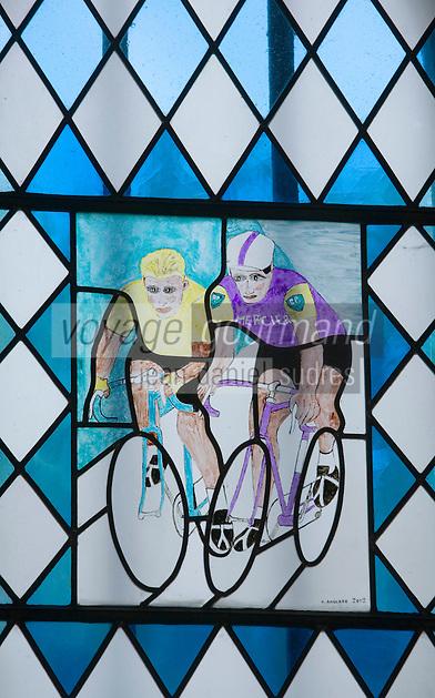 Europe/France/Aquitaine/40/Landes/Labastide-d'Armagnac: Chapelle Notre Dame des Cyclistes - cette  petite chapellle romane du XI est vouée depuis 1959 au  héros du Tour de France Vitrail peint par l'ancien coureur cycliste Henri Anglade- Poulidor et Anquetil