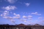 ESP, Spanien, Kanarische Inseln, Lanzarote, Nationalpark Timanfaya, Wolken, Cumuluswolken ueber Vulkanlandschaft, Lanzarote ist vulkanischen Ursprungs, wie die anderen Inseln der Kanaren auch, aber hier waren die Vulkane noch im 18. und 19. Jahrhundert aeußerst aktiv und bedeckten weite Teile der Insel mit Asche und Lava. Die Insel bietet mit der durch Vulkanismus entstandenen Mondlandschaft ein ganz eigenes Naturerlebnis.<br /> [Fuer die Nutzung gelten die jeweils gueltigen Allgemeinen Liefer-und Geschaeftsbedingungen. Nutzung nur gegen Verwendungsmeldung und Nachweis. Download der AGB unter http://www.image-box.com oder werden auf Anfrage zugesendet. Freigabe ist vorher erforderlich. Jede Nutzung des Fotos ist honorarpflichtig gemaess derzeit gueltiger MFM Liste - Kontakt, Uwe Schmid-Fotografie, Duisburg, Tel. (+49).2065.677997, fotofinder@image-box.com, www.image-box.com]