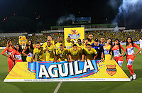 BUCARAMANGA, COLOMBIA - NOVEMBER 27-2015: Formación   del Atlético Bucaramanga que ascendió a la primera divisón del fútbol colombiano Liga Aguila después de siete años en la B al ganar 1 gol por cero a Universitario de Popayán   del torneo Aguila 2015-2 , jugado en el estadio  Alfonso López de Bucaramanga./ Team of Atletico Bucaramanga  Players and coaches of  Atletico Bucaramanga against Universitario de Popayan  celebrate their way to the first division of Colombian Liga Aguila fúbol  after seven years in the B to win by 1 goal to cero of  Universitario of Popayán Aguila 2015-2 tournament, played in the stadium Alfonso Lopez Bucaramanga. Photo:VizzorImage / Duncan Bustamante / contribuidor