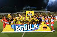 BUCARAMANGA, COLOMBIA - NOVEMBER 27-2015: Formación   del Atlético Bucaramanga que ascendió a la primera divisón del fútbol colombiano Liga Aguila después de siete años en la B al ganar 1 gol por cero a Universitario de Popayán   del torneo Aguila 2015-2 , jugado en el estadio  Alfonso López de Bucaramanga./ Team of Atletico Bucaramanga  Players and coaches of  Atletico Bucaramanga against Universitario de Popayan  celebrate their way to the first division of Colombian Liga Aguila fúbol  after seven years in the B to win by 1 goal to cero of  Universitario of Popayán Aguila 2015-2 tournament, played in the stadium Alfonso Lopez Bucaramanga. Photo:VizzorImage / Duncan Bustamante / contribuidor