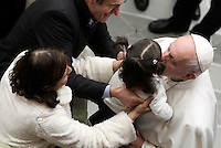 Papa Francesco bacia una bambina al termine dell'Udienza Generale del mercoledi' in aula Paolo VI, Citta' del Vaticano, 4 gennaio 2017.<br /> Pope Francis kisses a child at the end of his weekly general audience in Paul VI Hall at the Vaticanon January 4, 2017.<br /> UPDATE IMAGES PRESS/Isabella Bonotto<br /> <br /> STRICTLY ONLY FOR EDITORIAL USE