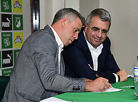 CALI-COLOMBIA ,11 -12-2018.Presentación del nuevo director técnico del Deportivo Cali Lucas Pusineri.En la foto Juan  Fernando Mejia Presidente del Deportivo Cali  (Der) y  Lucas Pusineri (Izq.)  .Sede Deportiva del Deportivo Cali en Pance./ Presentation of the new coach of Deportivo Cali Lucas Pusineri. Juan Fernando Mejia President of Deportivo Cali (Right) and Lucas Pusineri (Left). Seat of Deportivo Cali in Pance. Photo: VizzorImage/ Nelson Rios / Contribuidor