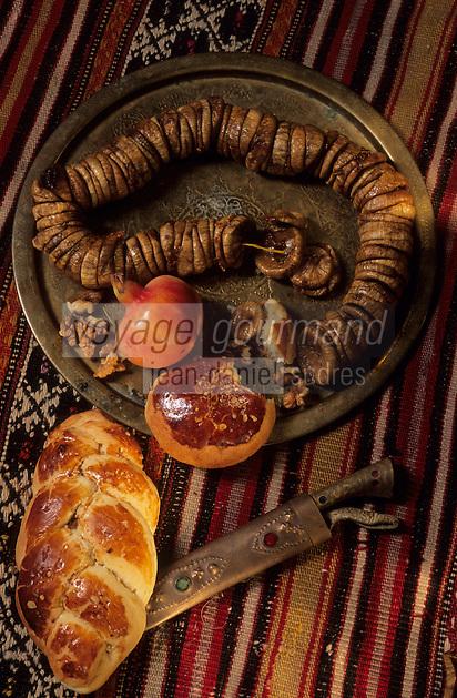 Europe/Turquie : Assiette de figues fraîches, kaki et petits pains