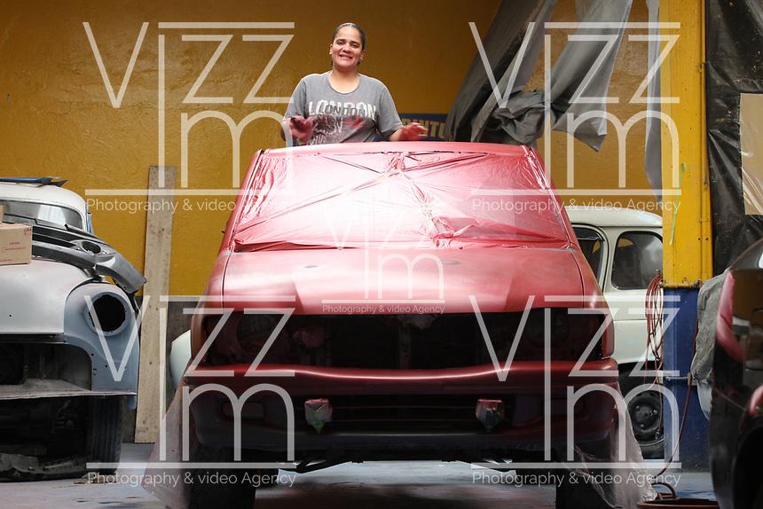 BOGOTÁ -COLOMBIA, 29-03-2018:Heidi  Gálvez pintora profesional de automóviles del norte de la capital por 17 años ,más conocida como La Negra en el barrio Toberín  ,por sus manos han pasado más de 100 carros entre modernos y clásicos , muy respetada por su calidad por los  colegas del sector es de las pocas mujeres que pinta carros en el país.   /Heidi Galvez, a professional car painter from the north of the capital for 17 years, better known as La Negra in the Toberín neighborhood, has spent more than 100 cars between modern and classic cars, highly respected for her quality by colleagues in the sector. of the few women who paint cars in the country. . Photo: VizzorImage/ Felipe Caicedo / Staff