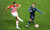 MOSCU - RUSIA, 15-07-2018: Antoine GRIEZMANN (Der) jugador de Francia disputa el balón con Dejan LOVREN (Izq) jugador de Croacia durante partido por la final de la Copa Mundial de la FIFA Rusia 2018 jugado en el estadio Luzhnikí en Moscú, Rusia. / Antoine GRIEZMANN (R) player of France fights the ball with Dejan LOVREN (L) player of Croatia during match of the final for the FIFA World Cup Russia 2018 played at Luzhniki Stadium in Moscow, Russia. Photo: VizzorImage / Cristian Alvarez / Cont