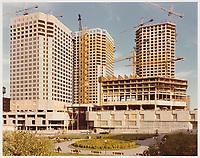 Complexe Desjardins en construction, Montréal, Québec.<br /> Vue de la façade nord. La Haye et Ouellet, architectes principaux ; Blouin Blouin Gauthier Guité Roy, architectes associés, (tours à bureau).<br /> Vers 1975.<br /> Source : Fonds Jean Ouellet, Collection Centre Canadien d'Architecture / Canadian Centre for Architecture, Montréal, ARCH203837.