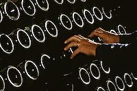 Europe/France/Champagne-Ardenne/51/Marne: Champagne - Remueur dans les Caves de la Veuve Clicquot - Détail des mains - Maison de Champagne Veuve Clocquot Ponsardin