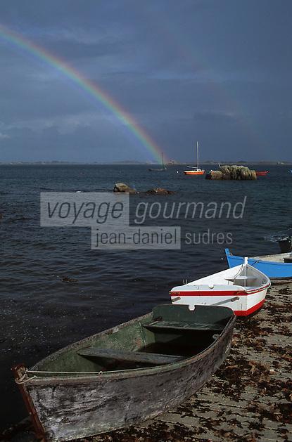 Europe/France/Bretagne/22/Côtes d'Armor/Circuit de la Côte des Ajoncs/Plougrescant: Le port de Pors-Hir et arc en ciel