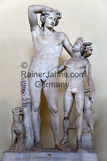 Italy, Lazio, Rome - Vatican City State: Dionysos with a young satyr statue in the Museo Chiaramonte of the Vatican Museum | Italien, Latium, Rom - Vatikanstadt: Dionysos mit einem jungen Satyr, Statue im Museo Chiaramonte der Vatikanischen Museen