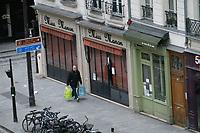 uomo con borse della spesa in una Parigi deserta