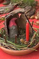 Kinder basteln Zwergengärtchen, Zwergen-Gärtchen aus Naturmaterialien, Bastelei, Tonschale wird mit Moos ausgelegt und mit Kerze, Rinde, Eicheln, Äste und Blätter dekoriert. Zwerg aus Ton.
