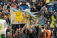 """Unter dem Motto """"Keine Profite mit der Miete"""" beteiligten sich am Samstag den 28. September 2013 nach Angeben der Vranstalter ueber 10.000 Menschen in 12 deutschen Staedten an Aktionen und Demonstrationen.<br />In Berlin gingen unter dem Motto """"Wem gehoert Berlin?"""" etwa 3000 Menschen auf die Strasse. Zu der Demonstration aufgerufen hatten unter anderem MieterInneninitiativen und Organisationen wie der Berliner Wassertisch und das Aktionsbuendnis A100-Stoppen sowie Studierendengruppen.<br />28.9.2013, Berlin<br />Copyright: Christian-Ditsch.de<br />[Inhaltsveraendernde Manipulation des Fotos nur nach ausdruecklicher Genehmigung des Fotografen. Vereinbarungen ueber Abtretung von Persoenlichkeitsrechten/Model Release der abgebildeten Person/Personen liegen nicht vor. NO MODEL RELEASE! Don't publish without copyright Christian-Ditsch.de, Veroeffentlichung nur mit Fotografennennung, sowie gegen Honorar, MwSt. und Beleg. Konto:, I N G - D i B a, IBAN DE58500105175400192269, BIC INGDDEFFXXX, Kontakt: post@christian-ditsch.de<br />Urhebervermerk wird gemaess Paragraph 13 UHG verlangt.]"""