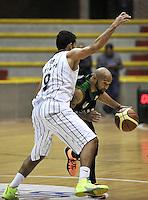 BOGOTA - COLOMBIA: 14-03-2014: Daniel Restrepo (Izq.) jugador de Piratas de Bogota, disputa el balón con Eddy Barlow (Der.) jugador de Las Aguilas de Tunja, durante partido de la segunda fecha de la Liga Directv Profesional de Baloncesto I en partido jugado en el Coliseo Cayetano Cañizares de la ciudad de Bogota. / Daniel Restrepo (L) player of Piratas of Bogota fights for the ball con Franklin Forbes (R) player of Las Aguilas de Tunja, during a match for the second date of the semifinals of la Liga Directv Profesional de Baloncesto I, game at the Cayetano Cañizares Coliseum in Bogota City. Photo: VizzorImage / Luis Ramirez / Staff.