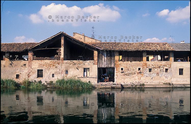 Bernate Ticino (Milano). Vecchia cascina lungo il Naviglio Grande --- Bernate Ticino (Milan). Old farmhouse along the Naviglio Grande canal