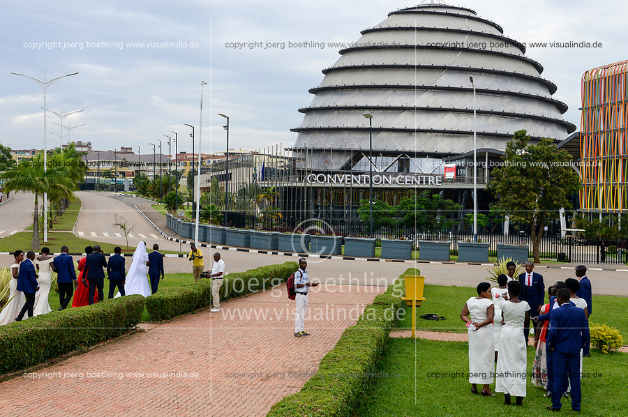 RWANDA, Kigali, Convention Center, spot for film and photoshooting for weeddings  / RUANDA, Kigali, Convention Center, Kongresszentrum , Hochzeitspaare beim Fotoshooting