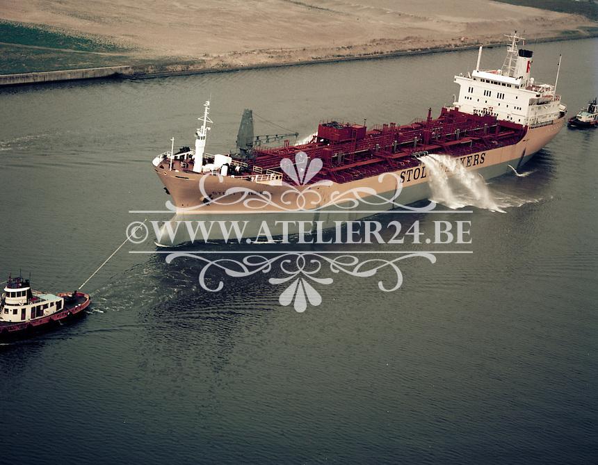 Mei 1972.  Tanker STOLT SHEAF op de Schelde.