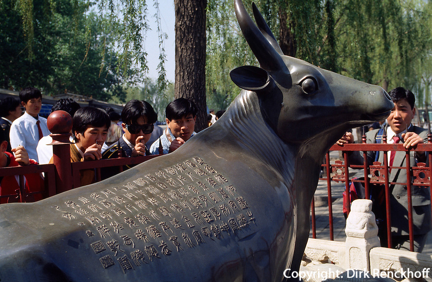 China, Sommerpalast in Peking, Bronzeochse vor Südseeinsel, Besucher studieren Inschrift, Unesco-Weltkulturerbe.