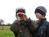 Jungen, Kind, Kinder, Freunde beobachten mit dem Fernglas