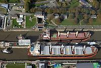 Nord Ostseekanal Schleuse Brunsbuettell: EUROPA, DEUTSCHLAND, SCHLESWIG-HOLSTEIN, BRUNSBUETTEL , (EUROPE, GERMANY), 19.10.2018: Schleuse Nord-Ostseekanal von Brunsbuettel. Der Nord-Ostsee-Kanal (NOK; internationale Bezeichnung: Kiel Canal) verbindet die Nordsee (Elbmuendung) mit der Ostsee (Kieler Foerde). Diese Bundeswasserstraße ist nach Anzahl der Schiffe die meistbefahrene kuenstliche Wasserstraße der Welt.<br /> Der Kanal durchquert auf knapp 100 km das deutsche Bundesland Schleswig-Holstein von Brunsbuettel bis Kiel-Holtenau und erspart den etwa 900 km laengeren Weg um die Nordspitze Daenemarks durch Skagerrak und Kattegat.<br /> Die erste kuenstliche Wasserstraße zwischen Nord- und Ostsee war der 1784 in Betrieb genommene und 1853 in Eiderkanal umbenannte Schleswig-Holsteinische Canal. Der heutige Nord-Ostsee-Kanal wurde 1895 als Kaiser-Wilhelm-Kanal eroeffnet und trug diesen Namen bis 1948.