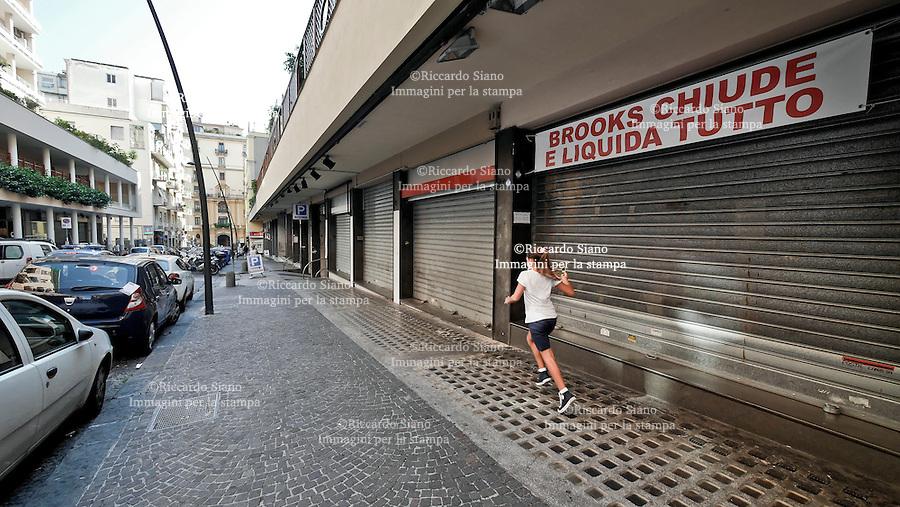 - NAPOLI 9 SET 2014  -   negozi chiusi per caro affitti. nella foto  via Kerbaker Vomero