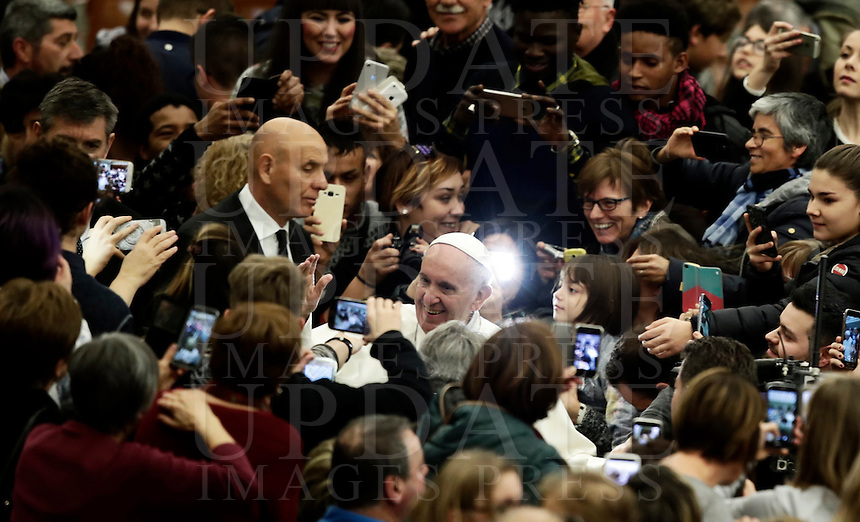 Papa Francesco arriva in Aula Paolo VI per tenere un'udienza speciale con le vittime del terremoto che ha colpito l'Italia centrale. Città del Vaticano, 5 gennaio 2017.<br /> Pope Francis arrives to lead a special audience with residents of the areas of central Italy hit by earthquakes in Paul Vi Hall at Vatican, on January 5, 2017.<br /> UPDATE IMAGES PRESS/Isabella Bonotto<br /> <br /> STRICTLY ONLY FOR EDITORIAL USE