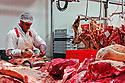 29/09/05 - BOURBON L ARCHAMBAULT - ALLIER - FRANCE - SICABA. Societe d Interet Collectif Agricole de Bourbon l Archambault. Abattage, decoupe, conditionnement et commercialisation de viande de bovin, d ovin et de porc. Decoupe de viande de bovin - Photo Jerome CHABANNE