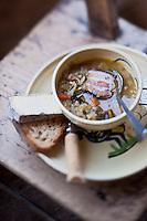 Europe/France/Rhône-Alpes/74/Haute-Savoie/Le Grand-Bornand:  Soupe au lard, Recette d' Albert Bonamy , Restaurant: La Ferme de Lormay dans la  Vallée du Bouchet  - Le pain et la Tome des Bauges sont coupés en cube au dernier moment , avant de déguster