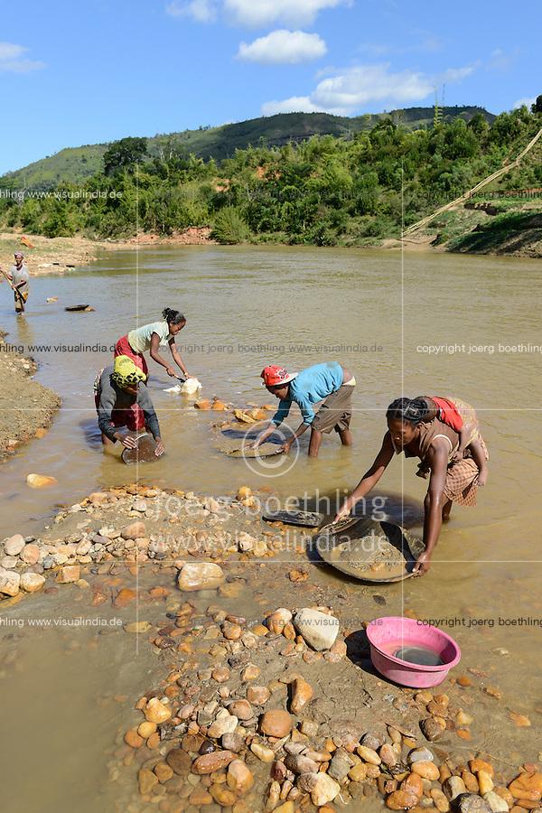 MADAGASCAR, region Manajary, town Vohilava, small scale gold mining, women panning for gold at river ANDRANGARANGA, mother carry her child on the back during the work / MADAGASKAR Mananjary, Vohilava, kleingewerblicher Goldabbau, Frauen waschen Gold am Fluss ANDRANGARANGA, Mutter traegt ihr Kind bei der Arbeit auf dem Ruecken
