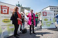 """Pflege in Bewegung - Bundesweite Gefaehrdungsanzeige.<br /> Am Freitag den 12. Mai fand in Berlin zum """"Internationaler Tag der Pflege"""" die Abschlussveranstaltung der Aktionskampagne """"bundesweite Gefaehrdungsanzeige"""" am Brandenburger Tor statt.<br /> Neben Redebeitraegen von Politik gab es es Statements von Initiatoren der Kampagne und Aktivisten der Pflegeszene, sowie Politiker der Linkspartei, der SPD und der Gruenen. Erstmals wurde das Strategiepapier """"Zukunft(s)Pflege"""" oeffentlich vorgestellt.<br /> Im Anschlus wurden ueber 8.500 Unterschriften im Bundesgesundheitsministerium uebergeben.<br /> Im Bild:  Elisabeth Scharfenberg von der SPD redet zu den Kundgebungsteilnehmern.<br /> 12.5.2017, Berlin<br /> Copyright: Christian-Ditsch.de<br /> [Inhaltsveraendernde Manipulation des Fotos nur nach ausdruecklicher Genehmigung des Fotografen. Vereinbarungen ueber Abtretung von Persoenlichkeitsrechten/Model Release der abgebildeten Person/Personen liegen nicht vor. NO MODEL RELEASE! Nur fuer Redaktionelle Zwecke. Don't publish without copyright Christian-Ditsch.de, Veroeffentlichung nur mit Fotografennennung, sowie gegen Honorar, MwSt. und Beleg. Konto: I N G - D i B a, IBAN DE58500105175400192269, BIC INGDDEFFXXX, Kontakt: post@christian-ditsch.de<br /> Bei der Bearbeitung der Dateiinformationen darf die Urheberkennzeichnung in den EXIF- und  IPTC-Daten nicht entfernt werden, diese sind in digitalen Medien nach §95c UrhG rechtlich geschuetzt. Der Urhebervermerk wird gemaess §13 UrhG verlangt.]"""