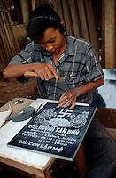Grabplattengraveur in Buon Ma Thuot, zentrales Hochland, Vietnam