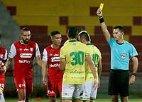 BUCARAMANGA - COLOMBIA, 14-11-2020: Never Enrique Manjarres Lara, árbitro, muestra la tarjeta amarilla a John Fredy Perez del Bucaramanga durante partido por la fecha 20 de la Liga BetPlay DIMAYOR I 2020 entre Atlético Bucaramanga e Independiente Santa Fe jugado en el estadio Alfonso Lopez de la ciudad de Bucaramanga. / Never Enrique Manjarres Lara, referee, shows the yellow card to John Fredy Perez of Bucaramanga during match for the date 20 of the BetPlay DIMAYOR League I 2020 between Atletico Bucaramanga and Independiente Santa Fe played at the Alfonso Lopez stadium of Bucaramanga city. Photo: VizzorImage / Jaime Moreno / Cont