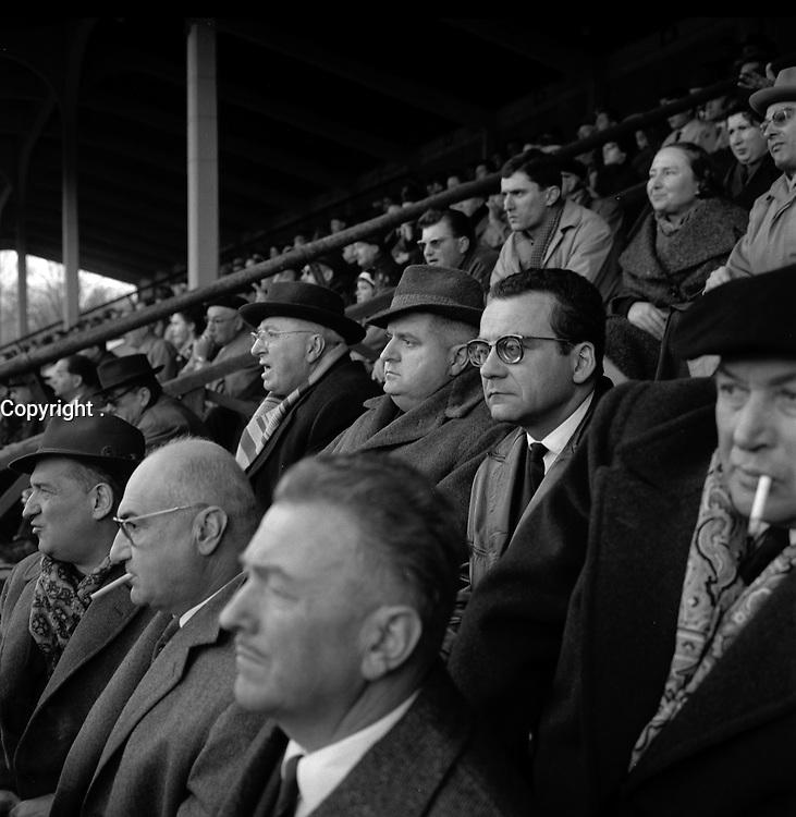 Le 22 Décembre 1961. Vue des tribunes du stade Ernest Wallon avec la présence de R. Sautet.