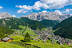 Italy, South Tyrol (Trentino - Alto Adige), Dolomites, Val Gardena: Selva di Val Gardena with Gruppo del Sella mountains and Gruppo del Cir mountains (left)   Italien, Suedtirol (Trentino - Alto Adige), Dolomiten, Groednertal: Wolkenstein in Groeden vor Sellagruppe und Cirspitzen (links)