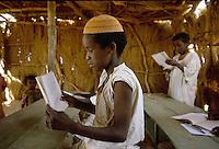 - northern Sudan, school for nomadic childrens in the desert of Bayuda....- Sudan settentrionale, scuola per bambini nomadi nel deserto di Bayuda..