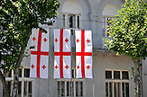 Nationalfarben von Georgien. Straßenszene in der Hauptstadt Tiflis / Street life - national flag in Tiflis