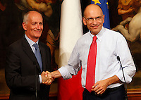 Il Presidente del Consiglio Enrico Letta stringe la mano al capo della Protezione Civile Franco Gabrielli, a sinistra, durante l'incontro al termine delle operazioni di rotazione del relitto della nave Concordia, a Palazzo Chigi, Roma, 17 settembre 2013.<br /> Italian Premier Enrico Letta shakes hands with head of Civil Protection Franco Gabrielli, left, in occasion of a meeting on the bringing of the wrecked Concordia cruise ship upright, at Chigi palace, Rome, 17 September 2013.<br /> UPDATE IMAGES PRESS/Riccardo De Luca